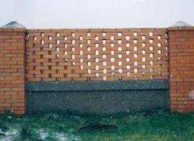 Кирпичный забор с монолитным основанием
