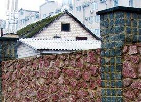 Монолитный забор с отделкой под камень