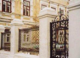 Декоративный металлический забор на монолитном основании